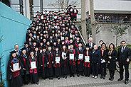 Bild: 113 junge Chinesinnen und Chinesen feiern Studienabschluss