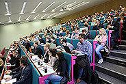 Bild: 150 Studierende kamen zum FOM Master-Forschungsforum