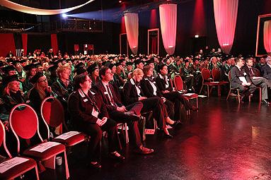 Bild: 400 fliegende Hüte in Düsseldorf / FOM Hochschule verabschiedet siebten Absolventenjahrgang