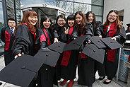 Bild: 80 Chinesen feiern ihren Masterabschluss