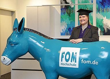 Bild: Die Story: Diana Rademacher erste Absolventin der FOM in Wesel