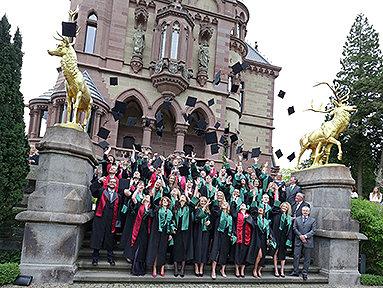 Bild: FOM Bonn feiert ihre ersten Absolventen