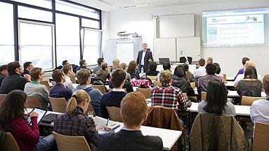 Bild: Forschungsforum mit 150 Studierenden