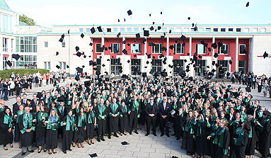 Bild: Größte Absolventenfeier in der FOM-Geschichte in Essen