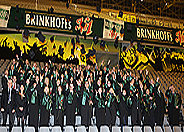 Bild: Hunderte Absolventen feiern Studienabschluss