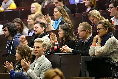 Bild: Hunderte Berufstätige starten bundesweit ins Studium