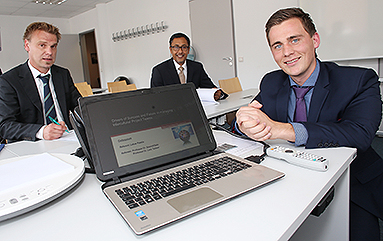Bild: Lukas Passia ist erster Wuppertaler FOM Absolvent