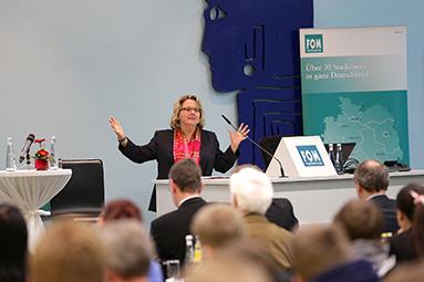 Bild: NRW-Ministerin Schulze diskutierte an der FOM in Essen